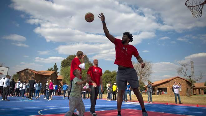 Die NBA engagiert sich seit vielen Jahren in Afrika und veranstaltet mit Stars wie Joel Embiid (Bild) und Dirk Nowitzki Basketball-Camps
