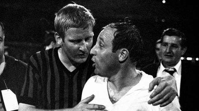 Karl-Heinz Schnellinger (l.) im Dress des AC Mailand mit Uwe Seeler vom HSV