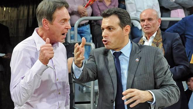 Brose-Boss Michael Stoschek (l., hier mit ZSKA-Trainer Dimitris Itoudis) erklärt die Trennung von Geschäftsführer Rolf Beyer