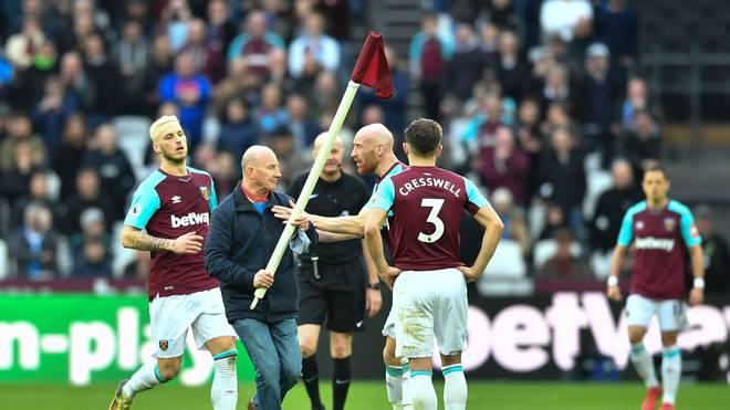 Beim Spiel von West Ham United rannte Paul Colborne mit der Eckfahne auf den Platz