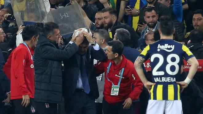 Besiktas-Trainer Senol Günes wurde von einer Sitzschale getroffen