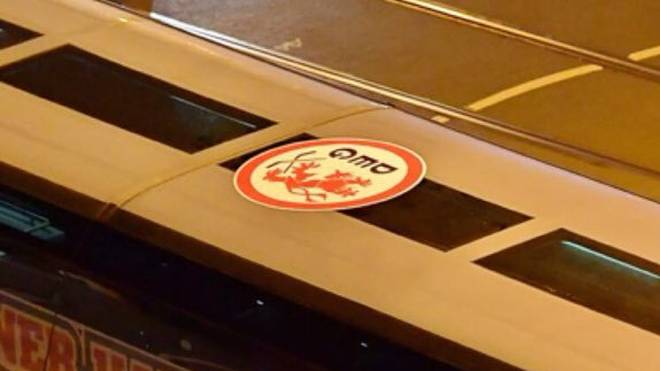 Fans der Düsseldorfer EG brachten einen Aufkleber auf dem Bus der Kölner Haie an
