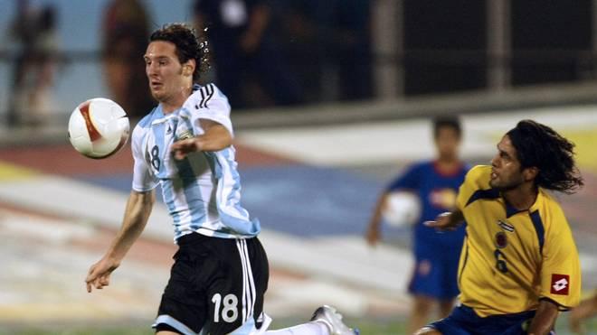 Argentina's Lionel Messi (L) overtakes C...