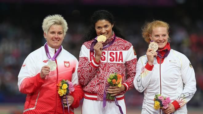 Weil Tatyana Lysenko (M.) der Sieg aberkannt wurde, rückt Betty Heidler (r.) auf Platz zwei vor