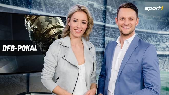 Laura Papendick und Jochen Stutzky präsentieren den DFB-Pokal auf SPORT1