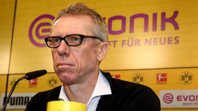 Peter Stöger auf einer Pressekonferenz des BVB