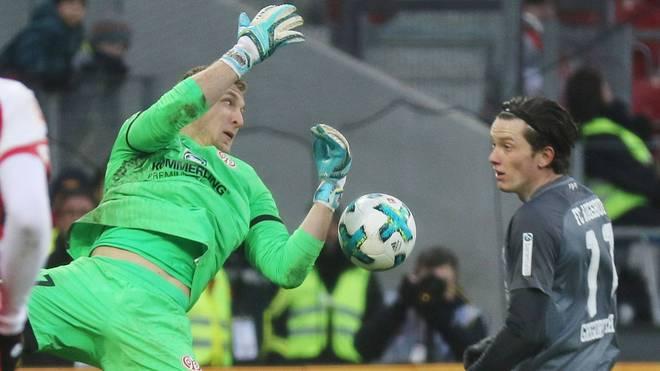 Robin Zentner (l.) ließ den Ball durch die Hände rutschen