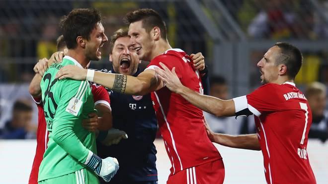 Niklas Süle jubelt nach Titel mit FC Bayern