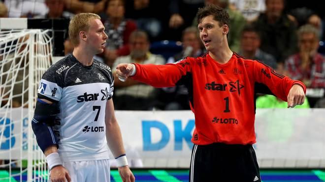 Rene Toft Hansen (links) diskutiert mit THW-Keeper Niklas Landin Jacobsen