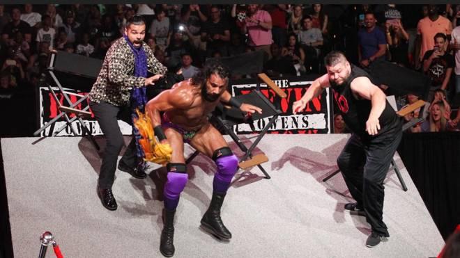 Kevin Owens (r.) und Co. wurden einmal mehr von der gewaltigen Kraft Braun Strowmans geschockt