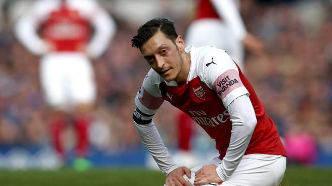 Premier League: Mesut Özil wirft Jacke in Richtung von Everton-Teammanager Silva. Mesut Özil verlor mit Arsenal gegen Everton