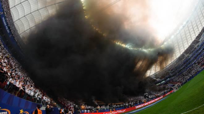 Der Rauch hing lange unter dem Stadiondach