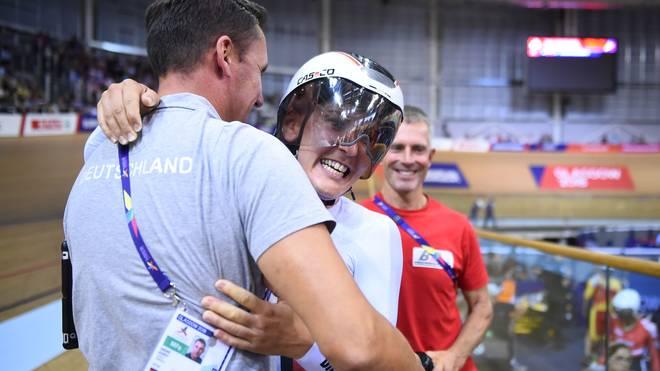 Radsport: Bundestrainer Andre Korff erleidet Herzinfarkt, Bundestrainer Andre Korff (links) freut sich mit Lisa Brennauer