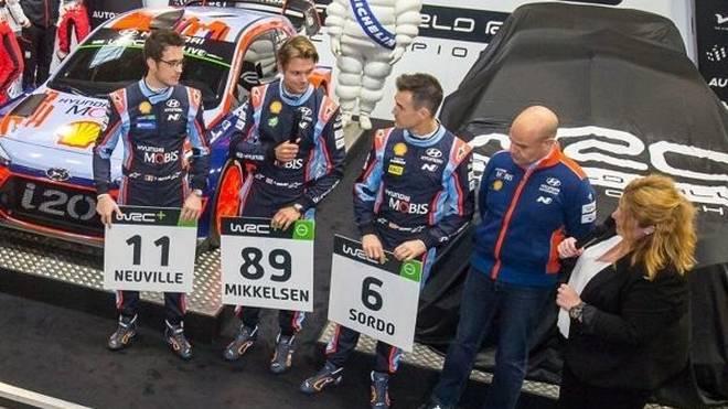 Thierry Neuville, Andreas Mikkelsen und Dani Sordo präsentieren ihre Startnummern