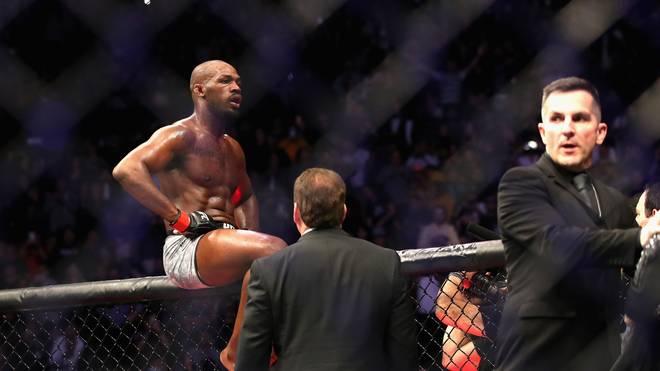 Jon Jones (r.) besiegte bei UFC 232 Alexander Gustafsson durch K.o.