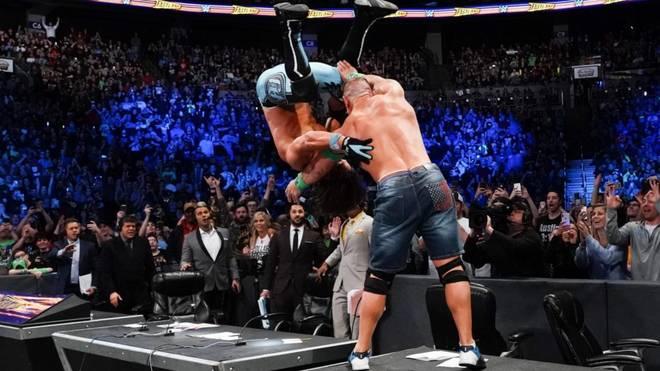 John Cena (r.) beförderte AJ Styles zwar durch einen Kommentatorentisch - zum Sieg reichte es jedoch nicht