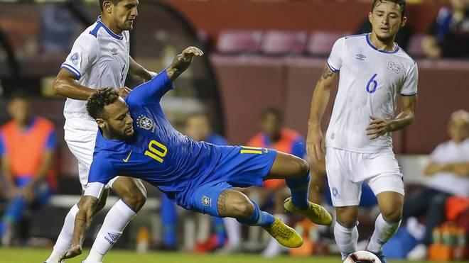 Neymar bekam für eine Flugeinlage gegen El Salvador die Gelbe Karte