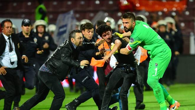 Trabzonspor-Fans attackieren einen Schiedsrichter