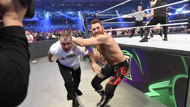 Sami Zayn (r., mit Shane McMahon) durfte beim WWE Greatest Royal Rumble 2018 nicht auftreten