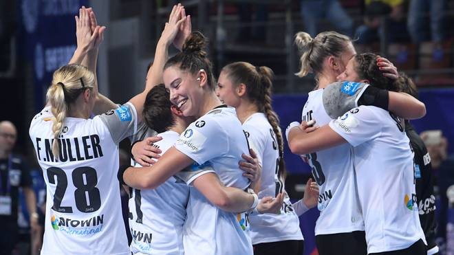 Die deutschen Handballerinnen feiern den Einzug in die Hauptrunde