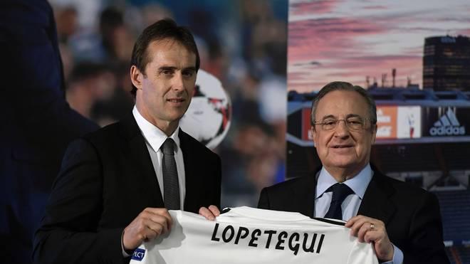 Florentino Perez (r.) überreichte Julen Lopetegui ein Real-Madrid-Trikot