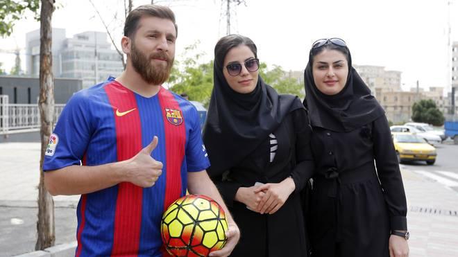 Boulevard: Falscher Messi wehrt sich gegen Vorwürfe, Reza Parastesh (links) gibt sich im Iran als Doppelgänger von Barca-Star Lionel Messi aus