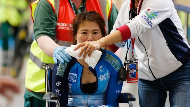 Die aus Hongkong stammende Fahrerin Xiaojuan Diao wurde nach dem Unfall abtransportiert