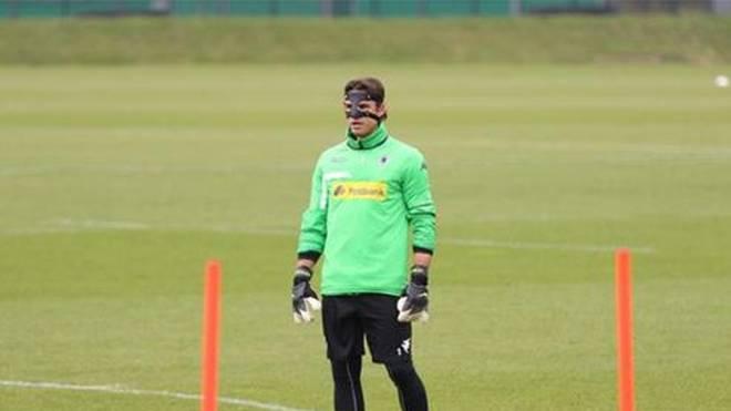 Yann Sommer Küche : Borussia mönchengladbach torhüter yann sommer trainiert mit maske