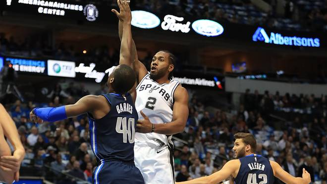 Kawhi Leonard (r.) gibt gegen Dirk Nowitzki und die Dallas Mavericks sein Saison-Debüt