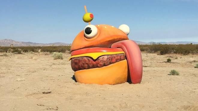 Fotograf Sela Shiloni entdeckt eine lebensgroße Version des Durr Burgers aus Fortnite