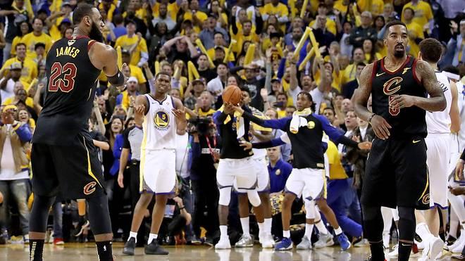 LeBron James kann es nicht fassen: Teamkollege J.R. Smith (r.) hat den Spielstand nicht im Blick