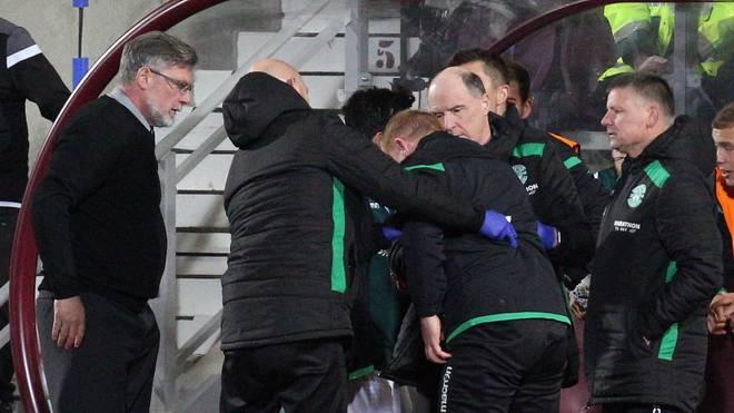 Hibernian-Trainer Neil Lennon (3.v.l.) wurde während des Edinburgh-Derbys von einer Münze getroffen