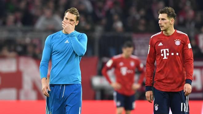 Manuel Neuer (l., mit Leon Goretzka) ist nach dem 3:3 gegen Düsseldorf untröstlich