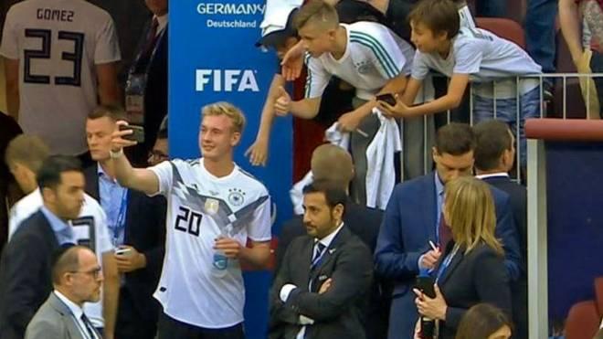 Julian Brandt nahm sich nach der Niederlage gegen Mexiko noch Zeit für einen Fan-Wunsch