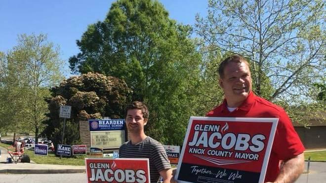 Glenn Jacobs (r.) hat die republikanischen Vorwahlen in Knox County gewonnen