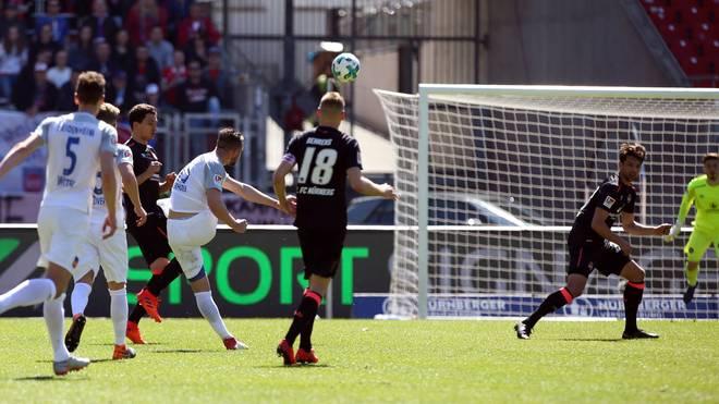 John Verhoek vom 1. FC Heidenheim trifft volley aus großer Distanz