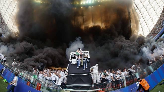 Die ganze Kurve der Posener Fans war in Rauch gehüllt