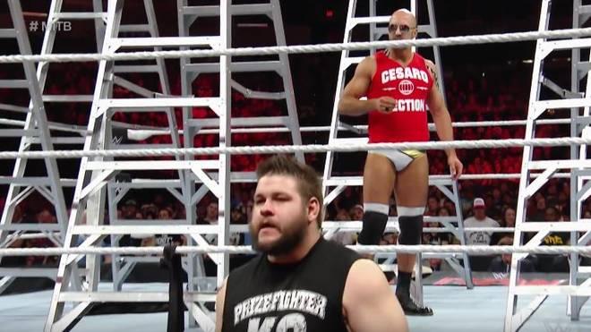 Kevin Owens (u.) und Cesaro wurden vom WWE-Comeback von Teddy Long überrascht
