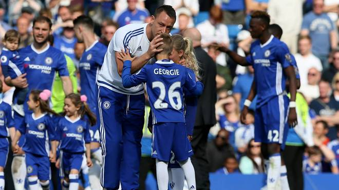 John Terry mit seinen Kindern auf dem Rasen an der Stamford Bridge