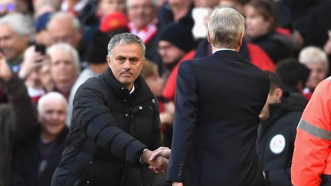 Jose Mourinho (l.) und Arsene Wenger beim No-Look-Handshake