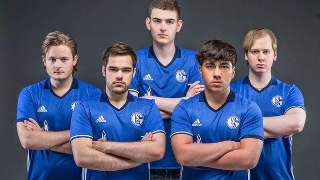 "Das Schalker Team: Support ""sprattel"", Top-Laner ""Steve"", AD-Carry ""MrRalleZ"", Jungler ""Gilius"" und Mid-Laner ""Fox"" (v.l.n.r.)"