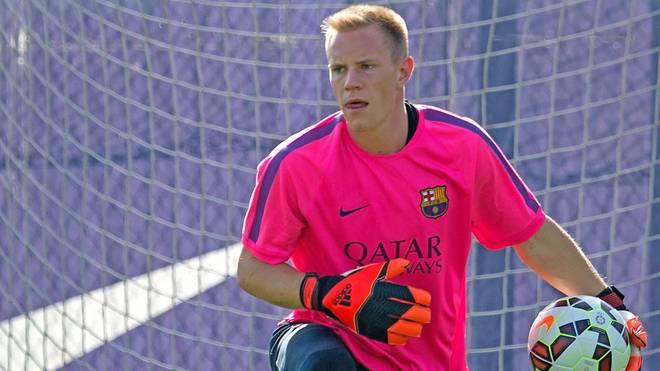 Marc-Andre ter Stegen setzt im Training des FC Barcelona zum Abwurf an
