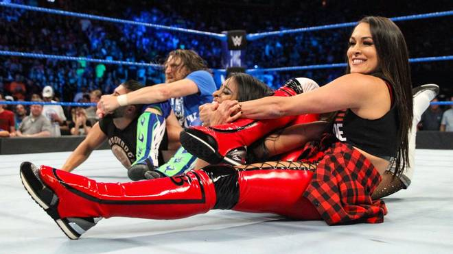 Daniel Bryan (l.) und Brie Bella setzten bei WWE SmackDown Live ein Zeichen