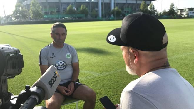 SPORT1-Reporter Reinhard Franke (r.) traf Bruno Labbadia zum Interview