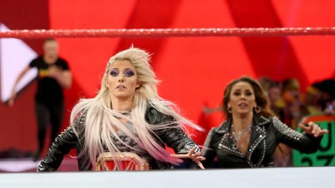 Ronda Rousey (hinten links) jagte bei WWE Monday Night RAW Alexa Bliss (M.) und Mickie James