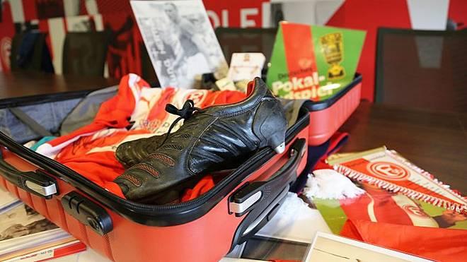 In dem Erinnerungskoffer befinden sich unter anderem Fahnen, eine komplette Trikotage, Fußballschuhe und Anstecknadeln
