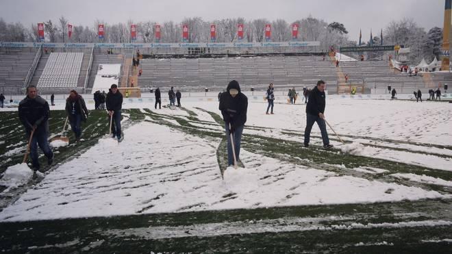 Viele Helfer befreien den Platz in Darmstadt vom Schnee