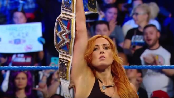 Becky Lynch posierte nach einer Attacke auf Charlotte Flair mit dem WWE SmackDown Women's Title