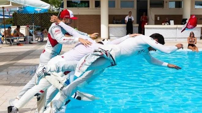 Nass gemacht: Nach dem Rennen ging es nur noch um die Pool-Position