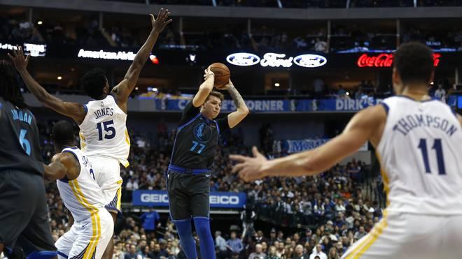 Luka Doncic (m.) trumpft in der NBA groß auf